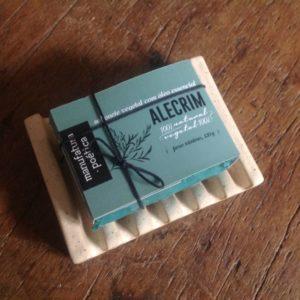 sabonete em embalagem com poesias sobre uma saboneteira de cerâmica