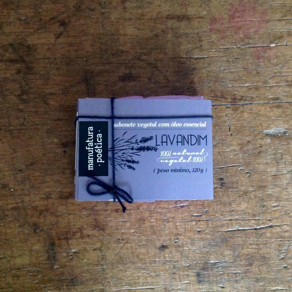 Embalagem Manufatura Poética com texto: sabonete artesanal de lavandim, 100% vegetal e natural e desenho de lavanda