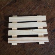pallet de madeira sobre mesa de madeira