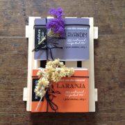 Kit com 2 sabonetes naturais Manufatura Poética e um pallet de madeira