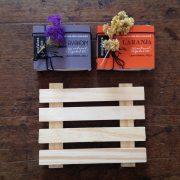 Pallet de madeira e 2 sabonetes naturais Manufatura Poética