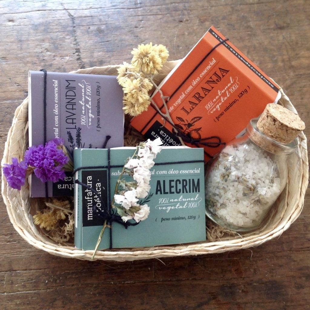 Kit com 3 sabonetes naturais, escalda pés de sal grosso e óleo essencial de lavandim, e cesto de palha médio