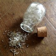 Escalda pés de sal grosso, flores de alfazema e óleo essencial de lavandim
